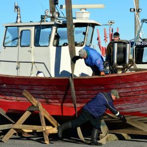 Remmarna sätts på plats inför lyft av fiskebåten