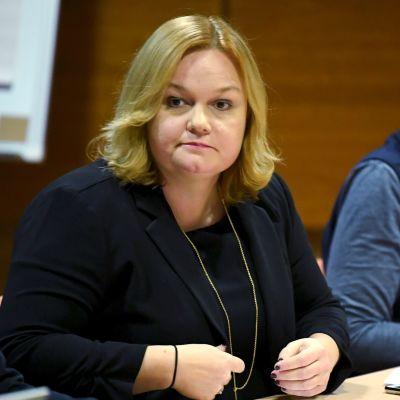 Krista Kiuru i förgrunden och Social- och hälsovårdsministeriets kanslichef Kirsi Varhila i bakgrunden.