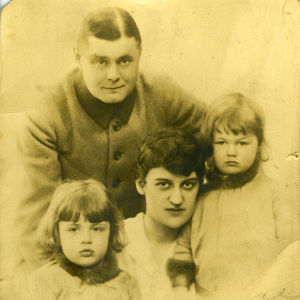 Harpputaiteilija Lilly Kajanus-Blenner perheineen: aviomies Johannes Blenner ja pojat Ariel ja Hans.