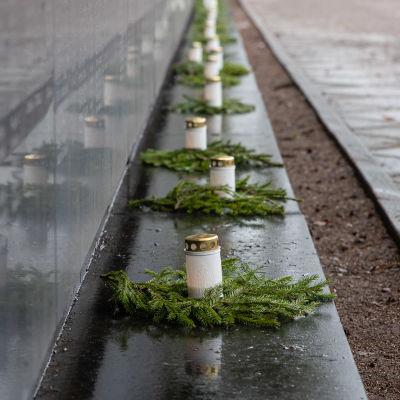 Lukiolaisia laittamassa kynttilöitä Lappeenrannan Sankarihautausmaalla 80 vuotta talvisodan päättymisen kunniaksi.