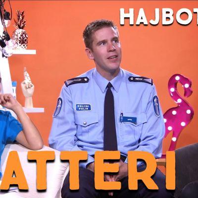 Två barn och en polis i en studio