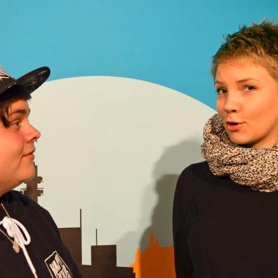 Kasper Olenius och och Marjaana Varmavuori står fram en fond.