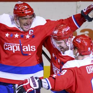 Aleksandr Ovetjkin, Jevgenij Kuznetsov och Dmitrij Orlov firar mål.