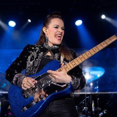 Erja Lyytinen spelar elgitarr.