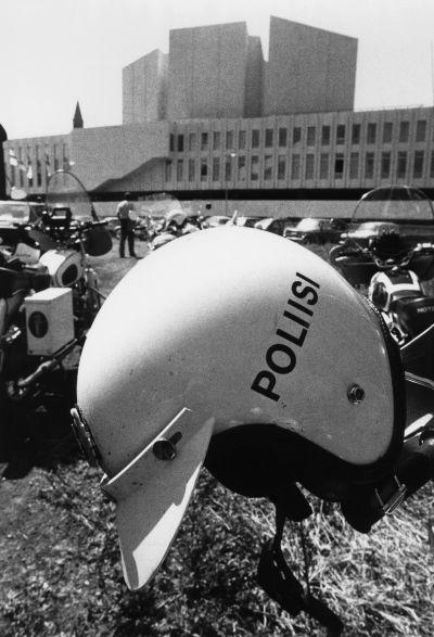 ETYK I, ulkoministerikokous. Ulkoministerikokouksen turvatoimet. Poliisikypärä ja poliisimoottoripyöriä Finlandia-talon edustalla.