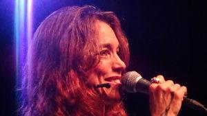 Cecilia Kyllinge från Sverige tolkar Björn Afzelius låtar.
