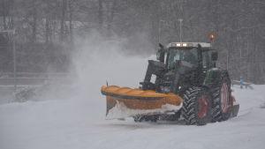 traktor som plogar väg i Ingå