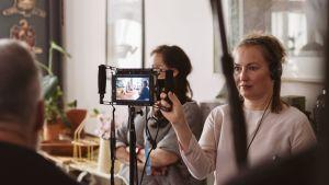 Anna Blom håller i en monitor under inspelningen av Längtan-kortfilmerna.