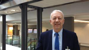 Professor Pekka Puska vid THL.