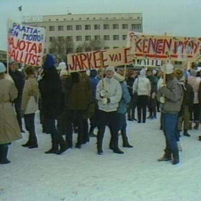 Koululaiset osoittivat mieltään marraskuussa 1984 Mikkelin torilla Kalevankankaan koulun lakkauttamista vastustaen