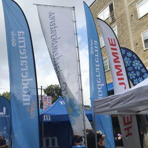 Moderaternas och Sverigedemokraternas flaggor vajar intill varandra.