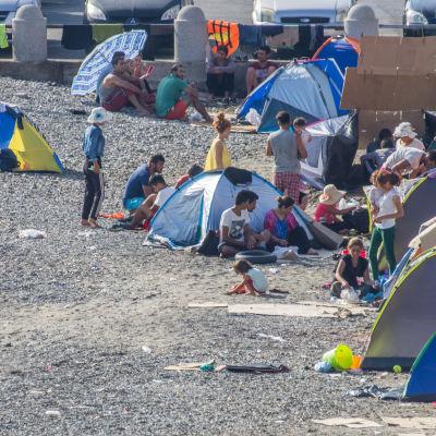 Flyktingar bor i tält på ön Kos.