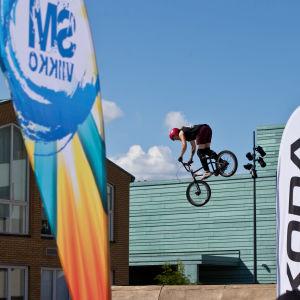BMX Big Air -urheilija kisasuorituksessaan
