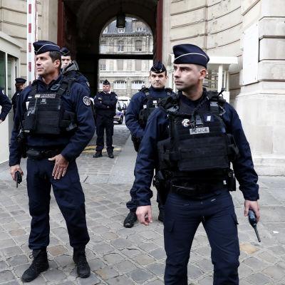 Poliser utanför Paris huvudpolisstation efter knivattacken inne i byggnaden.