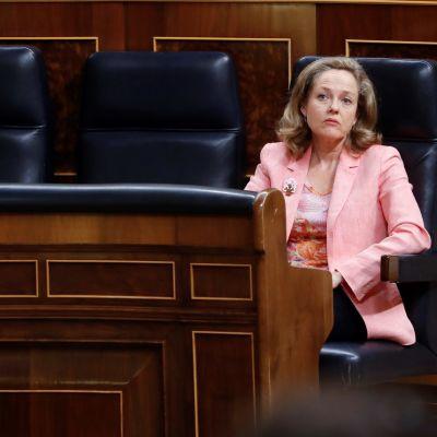 Nadia Calvino istuu yksin Espanjan parlamentin penkissä.