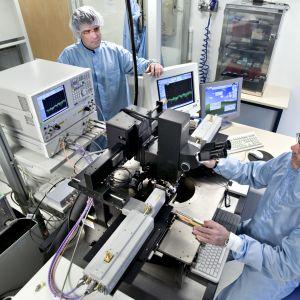 VTT:s forskare i laboratoriet.