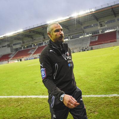 Henrik Larsson lämnar planen efter kvalförlusten mot Halmstad.