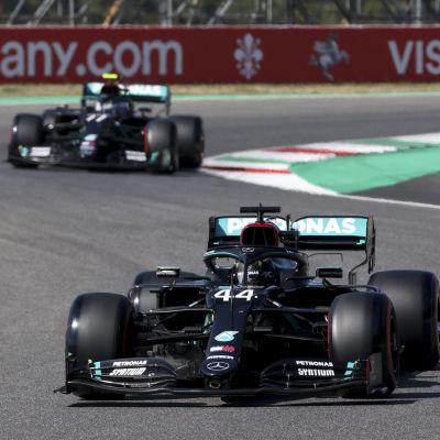 Lewis Hamilton och Valtteri Bottas kör efter varandra.