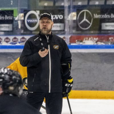Oulun kärppien päävalmentaja Mikko Manner valmentaa joukkuetta Oulun jäähallissa.