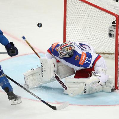 Pucken studsar i matchen mellan Ryssland och Kazakstan.