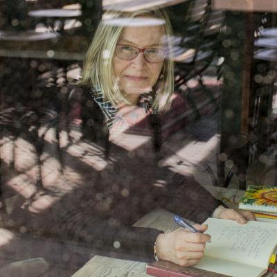 Tutkija Päivi Kosonen kirjoittaa päiväkirjaa.