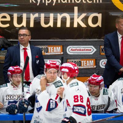 Ari-Pekka Selin och Jarno Pikkarainen i IFK:s spelarbås.