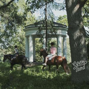Kolme ratsukkoa liikkuu aurinkoisen metsän halki ohittaen valkoisen, temppelimäisen rakennuksen.