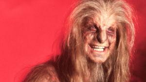 Ozzy Osbourne utklädd till varulv 1983 med röd bakgrund.