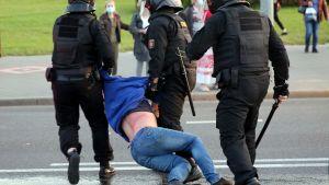 Polisen griper demonstrant i Minsk 23.9.2020