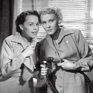 Hotellisiivoojat Kirsti ja Rauha punovat suunnitelmia elokuvassa Suomalaistyttöjä Tukholmassa.