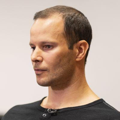 Tero Pitkämäki sitter och tittar framåt.