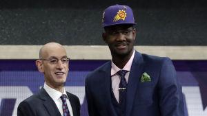 Deandre Ayton var givetvis glad efter att han reserverats som första spelare i NBA-draften 2018.