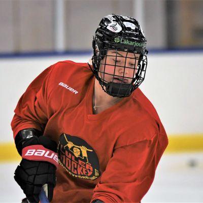Ishockeyspelaren Ronja Savolainen på isen.