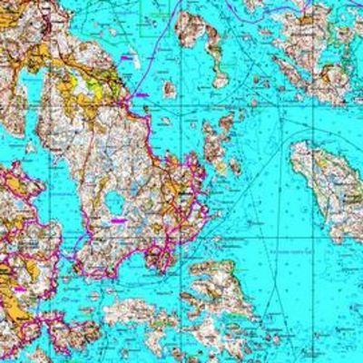Pernajan saariston kartta, jossa vaaleanpunaisella viivalla merkitty vesiosuuskunnan suunnitteleman putkiston reitti.