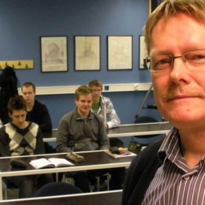 Askolan lukion fysiikan opettaja Esa Honkaniemi vei ryhmän lukiolaisia Cerniin. Kuvassa Mikael Nororaita, Joni Järvinen, Jukka Pajunen, Jaakko Leino ja Kalle Ahola.