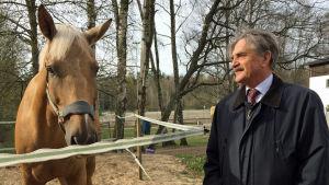 Fred Sundwall med en polishäst vid Brunakärrs ridstall.