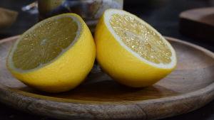 en halverad citron