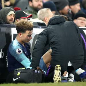 Skadad Dele Alli får vård vid sidan av fotbollsplanen efter en skada