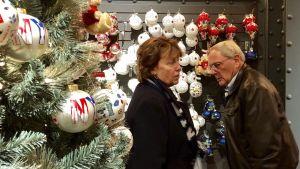 man och kvinna söker juldekorationer i varuhuset