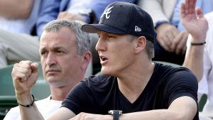 Bastian Schweinsteiger var förra veckan på plats i London för att se när hans flickvän Ana Ivanovic spelade i Wimbledonturneringen i tennis. Nu är Schweinsteiger på väg att flytta till England på heltid.