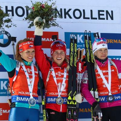 Gabriela Koukalova, Tiril Eckhoff och Kaisa Mäkäräinen på prispallen.