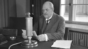 Pehr Evind Svinhufvud pitää radiopuheen (1936).