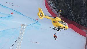 Klemen Kosi lyfts upp i helikopter.