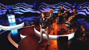 Alexander Ryback uppträder tillsammans med husbandet i På resande not.