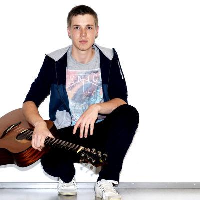 Conny Berghäll med gitarr.