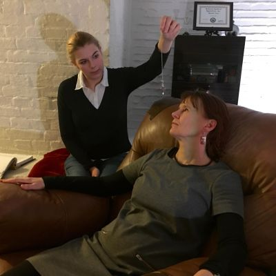 Michelle Ferm, hypnotisör. Nilla Hansson, redaktör