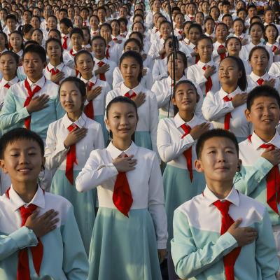 Också barn deltar i firandet av det kinesiska kommunistpartiets 100-årsdag på Himmelska fridens torg i Peking.