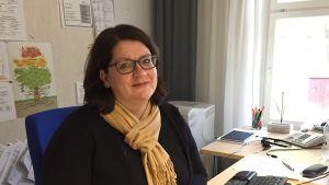 Susanna Friman vid sitt skrivbord.