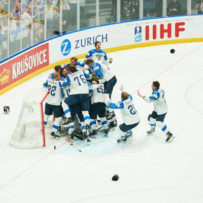 Finlands spelare jublar över VM-guldet.