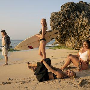 Kuvassa rannalla poseeraavat Away-Bali -sarjan Jeppe, Kati, Tiiu ja Ayu.